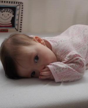 האם לאפשר לתינוק לישון על הבטן?