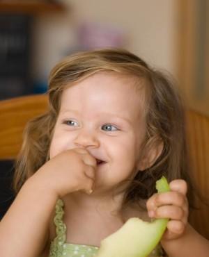 איך להגיב כשילד זורק את האוכל על הרצפה?