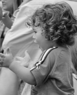 אל תשבחו את הילד כל הזמן: על מילות אהבה ופרגון שאינן תלויות בדבר